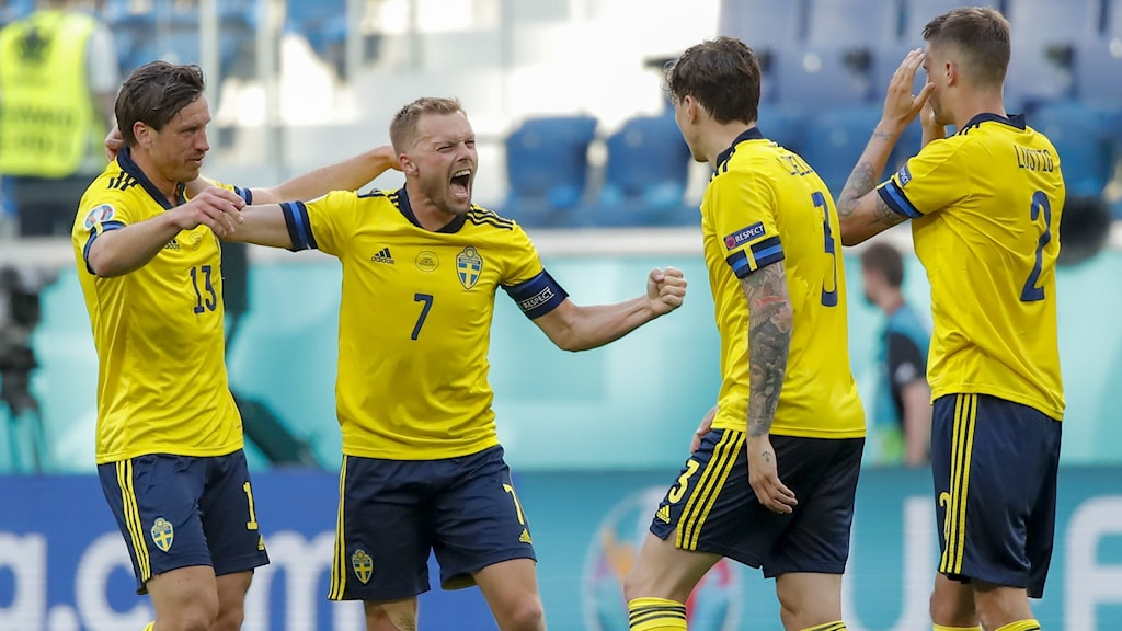 An image of football players in yellow uniforms celebrating.