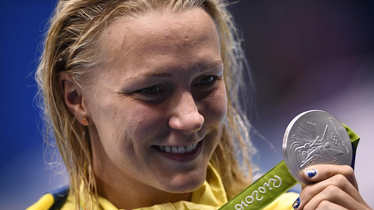Sarah Sjöström poses with her silver medal.