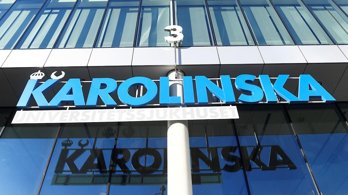 """Sign """"Karolinska"""" above an entrance."""