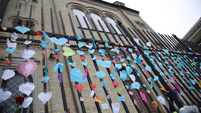 Messages of support left on the gates of the Gothenburg synagogue after it was attacked earlier this month. On Wednesday, hecklers disrupted a demonstration against anti-Semitism.