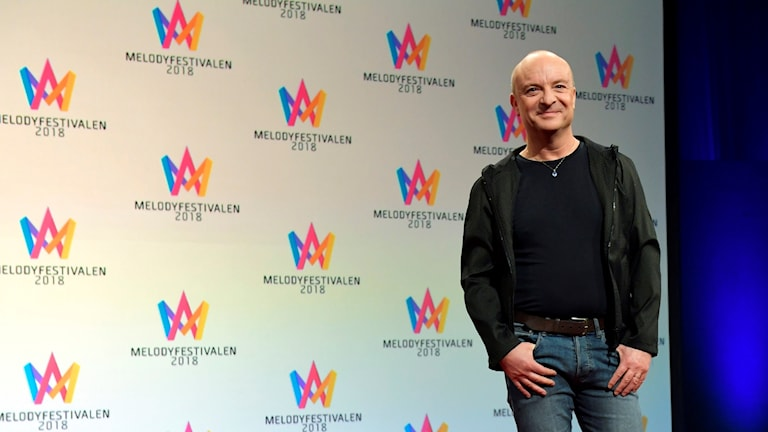 """Man in front of logo that says """"Melodyfestivalen"""""""