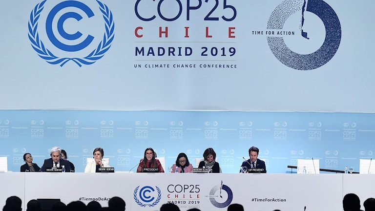 Ministers and other people sitting on a panel in frpnt of a COP25 Chile Madrid 2019 sign.