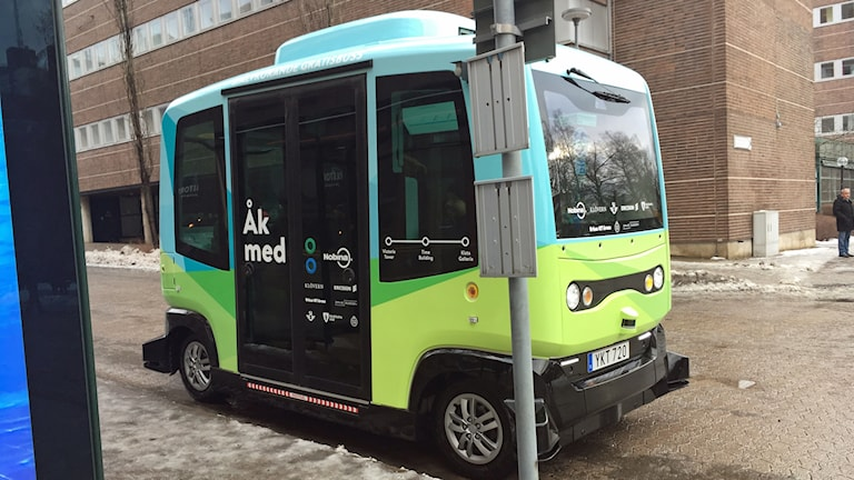 Minibus with the text 'Åk med' (app 'Come along') on the side.