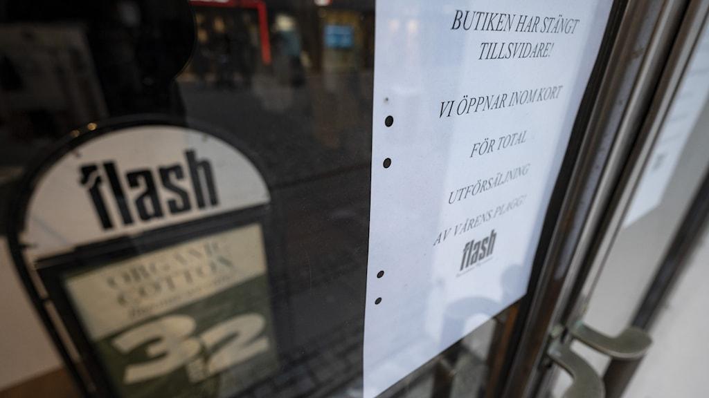 Sign showing FLash line of stores going bankrupt.