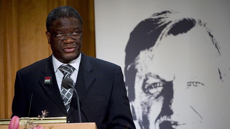 Dr Denis Mukwege accepts the Olof Palme Prize