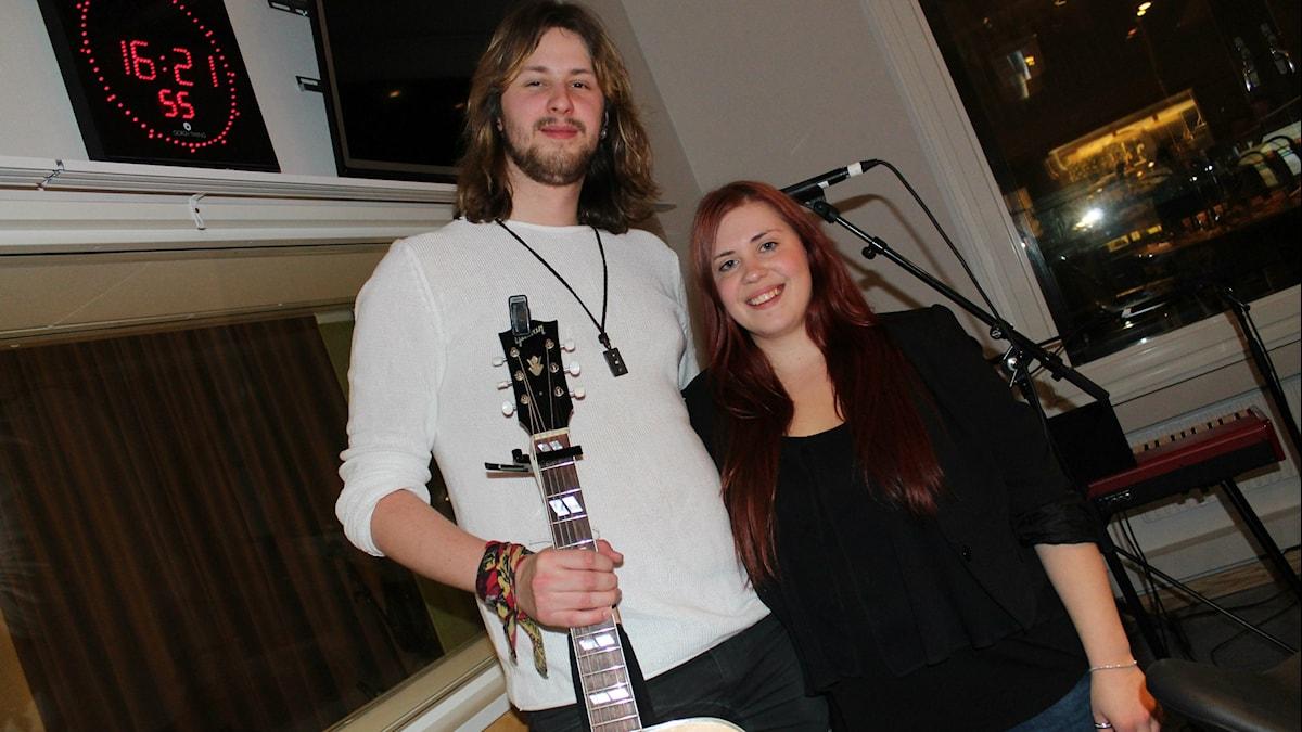 Tim och Lena med gitarr.