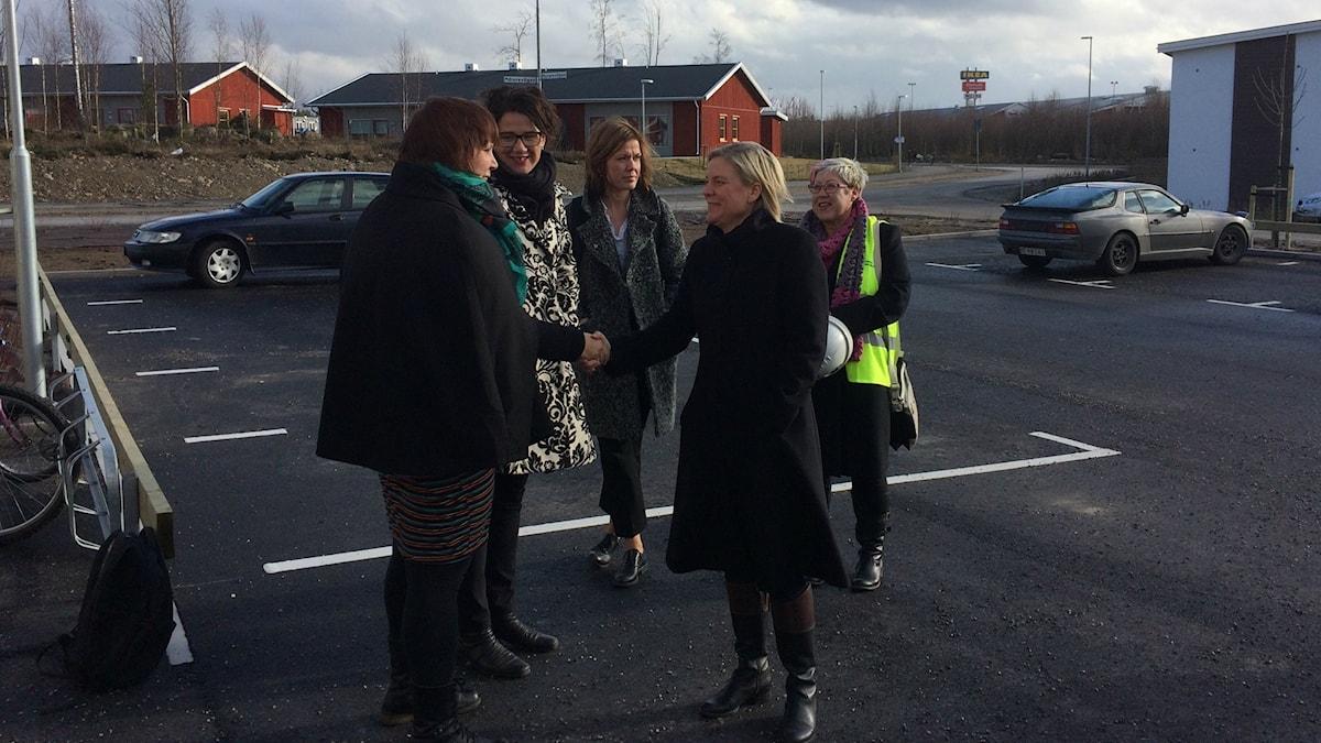 Finansministern Magdalena Andersson hälsar på Älmhults tillträdande ordförande i kommunstyrelsen Eva Ballovare.