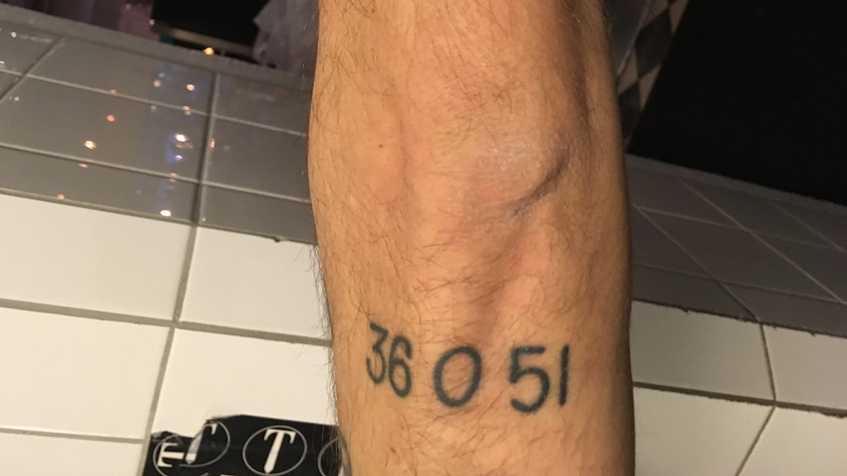 Fredriks arm med Hovmantorps numera gamla postnummer intatuerat.