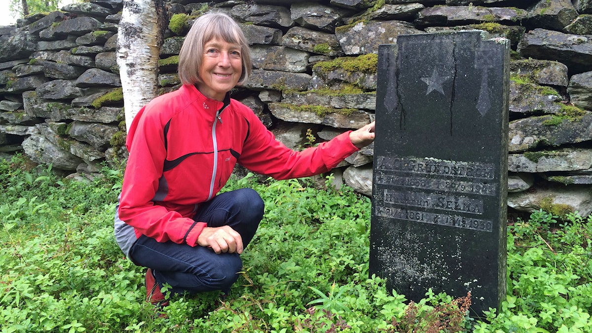 Inger Grundström vid Selma Grundströms grav på Ammarnäs kyrkogård. Foto: Gunilla Nordlund/ SR