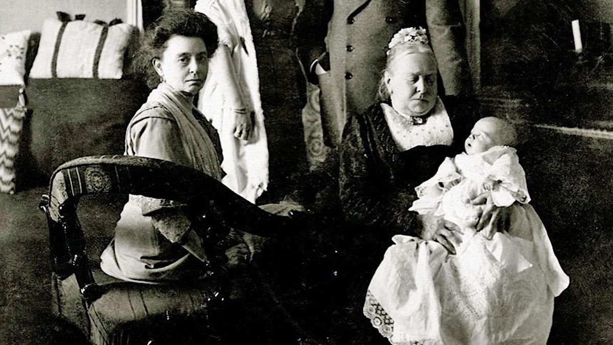 Luitgard Sparre med sitt nyfödda barnbarn i famnen på familjens barnsköterska. Foto: Privat