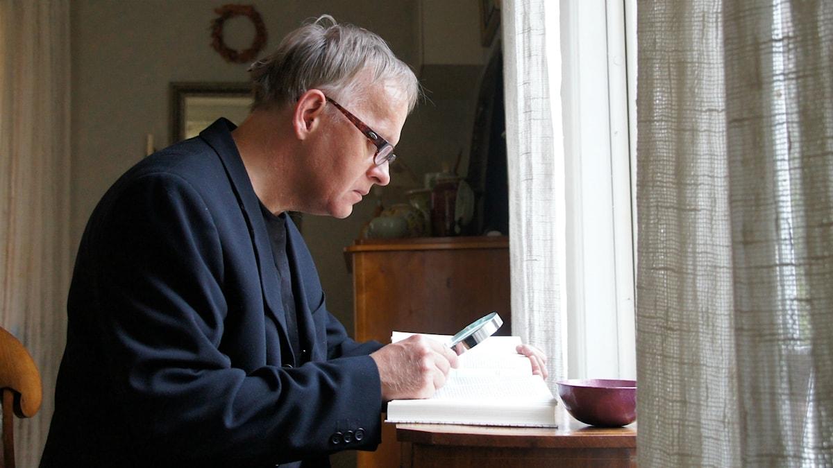 Göran Stenberg, språkvetare och ättling till Pehr Stenberg, läser Pehr Stenbergs levernesbeskrivning i sitt hem i Korpikå