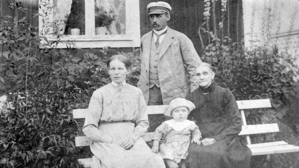 Maja Greta med sonen Gustaf och hans hustru Alma deras son