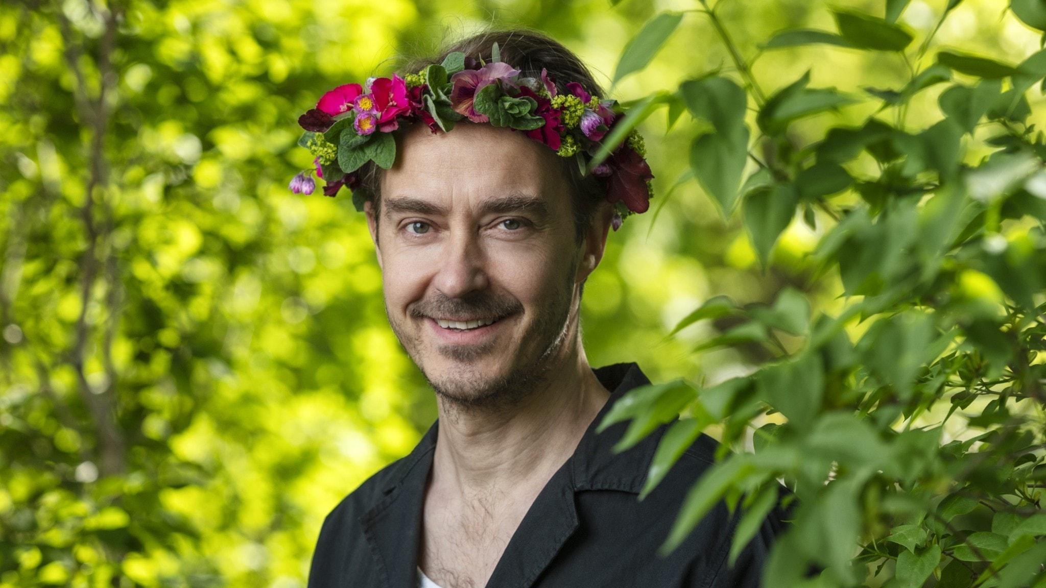 Jonas Karlsson i blomsterkrans.
