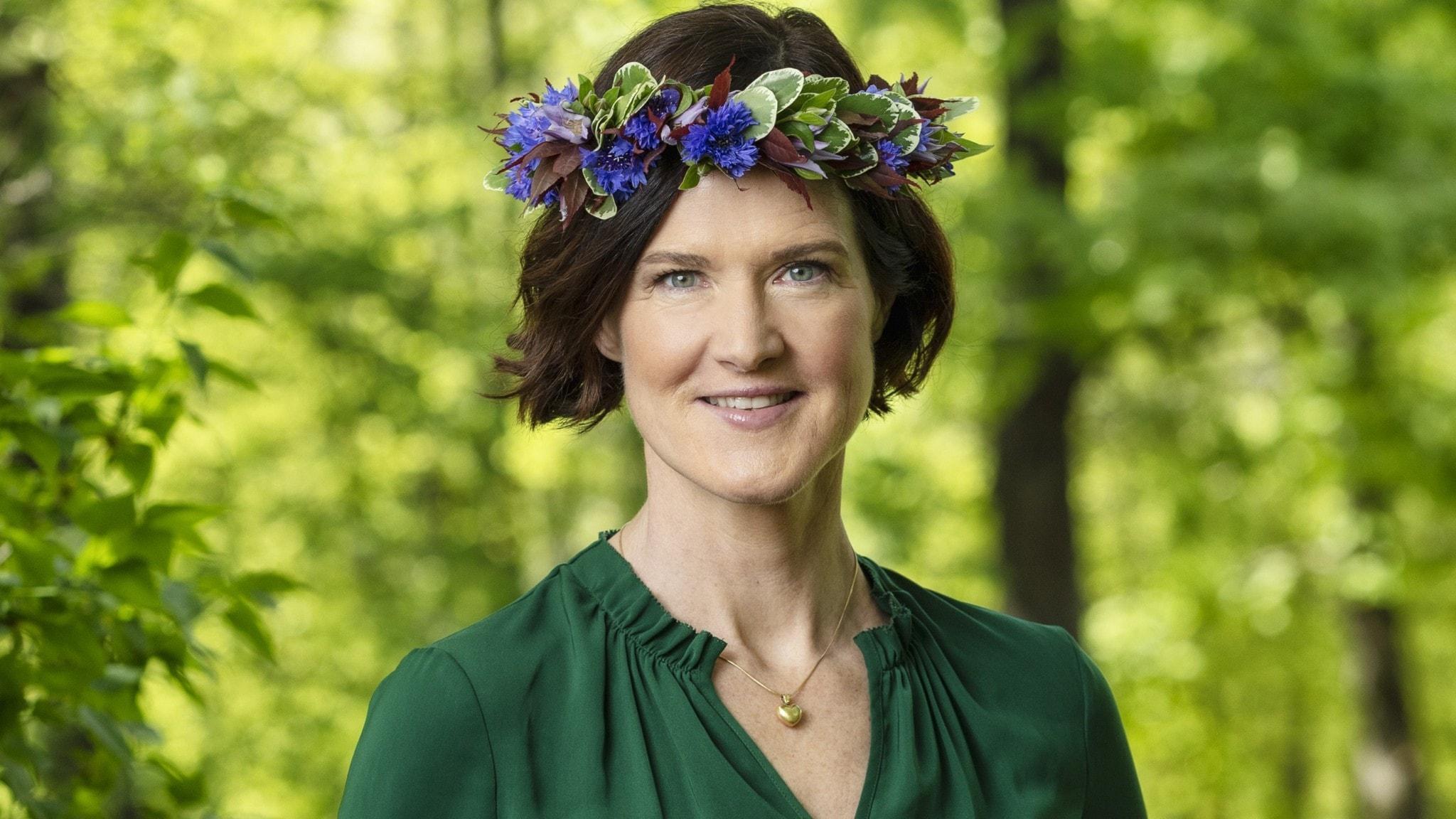 Anna Kinberg Batra med blomsterkans på huvudet.