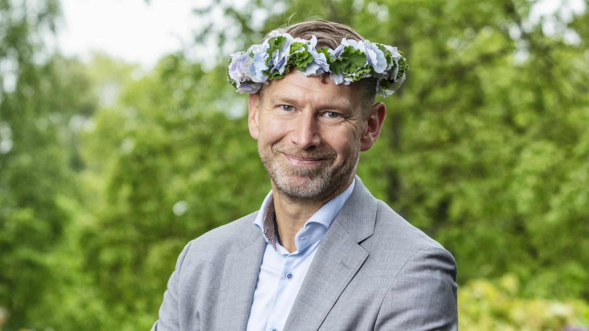 Peter Carlsson i blomsterkrans.