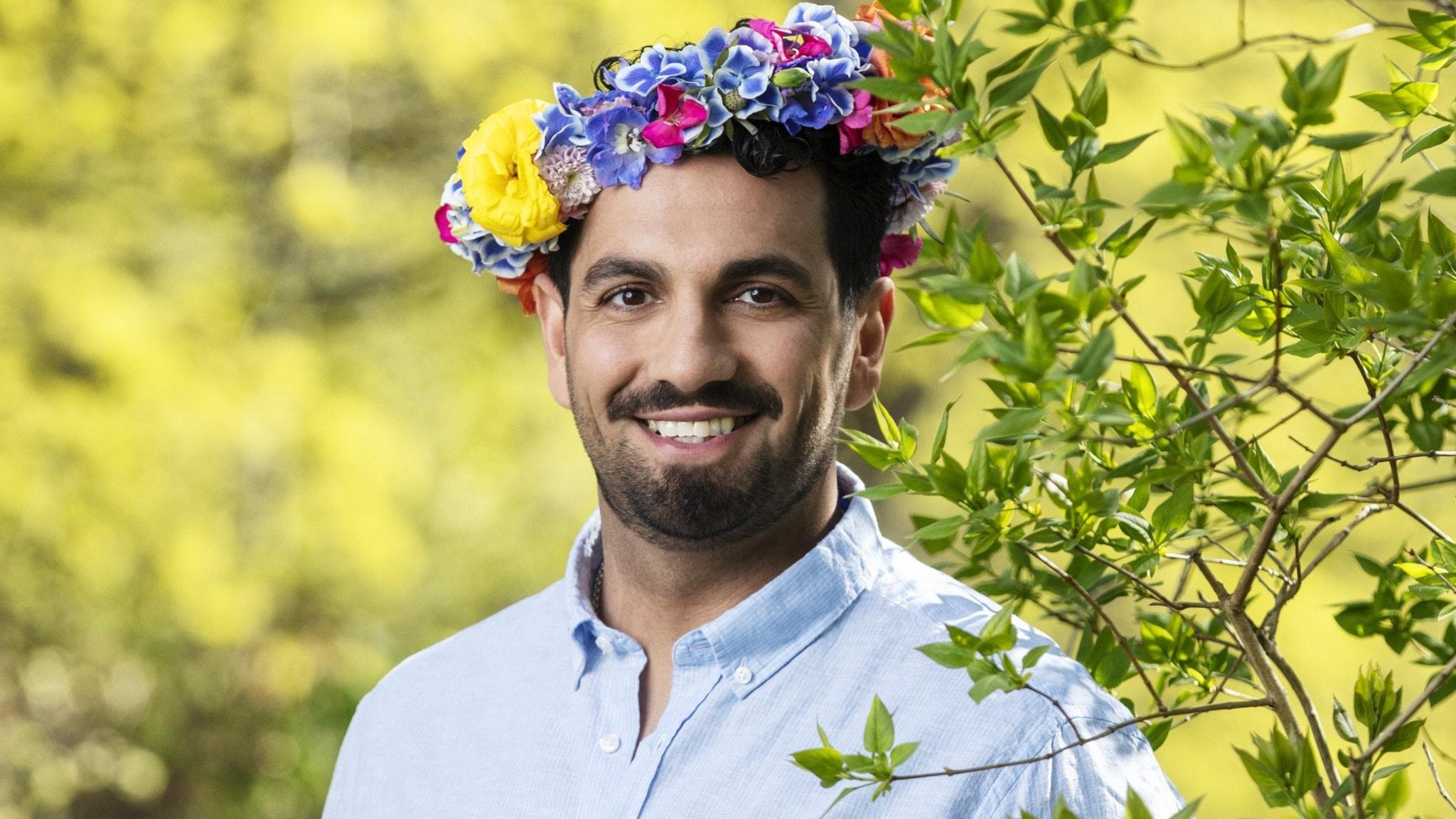 Nadim Ghazale med blomsterkrans på huvudet.