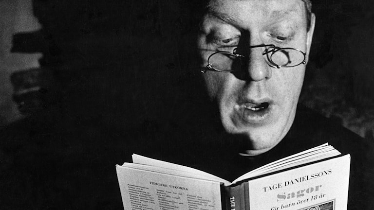 Tage Danielsson läser hans egna sagor 1965. Foto: SVT Bild
