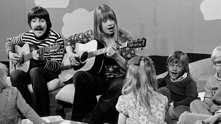 Finn Zetterholm och Marie Selander sjunger visor tillsammans med barn i Åsa Gåsa Klinga. Sänt första gången 1974-09-23. Foto: SVT Bild.