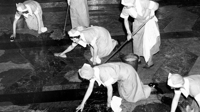 Kvinnor som städar på 1930-talet. Foto: SVT Bild