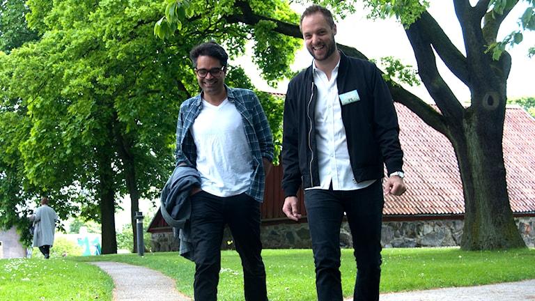 Komikerna David Batra och Robin Paulsson på väg till presskonferensen. Foto: Anders Foghagen/Sveriges Radio