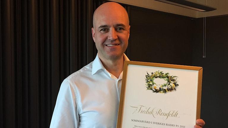 Fredrik Reinfeldt med sitt Sommardiplom. Foto: Sveriges Radio
