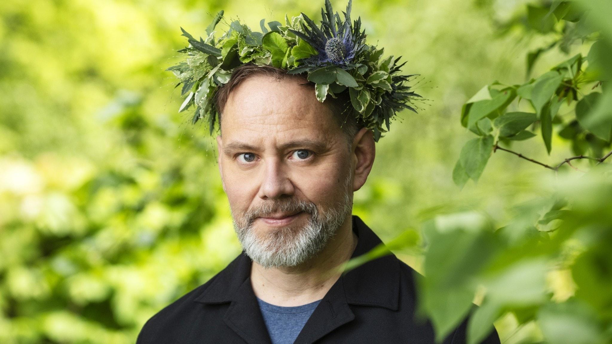 Mats Jonsson i blomsterkrans.
