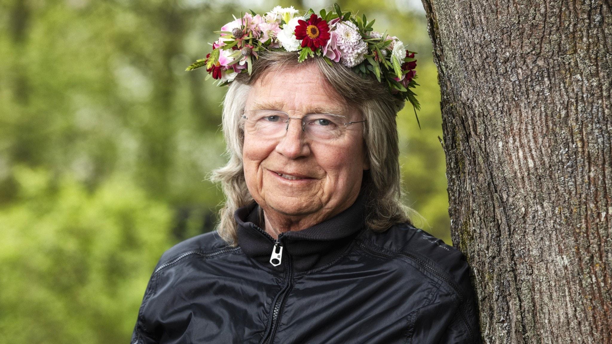 Janne Schaffer med blomsterkrans på huvudet.