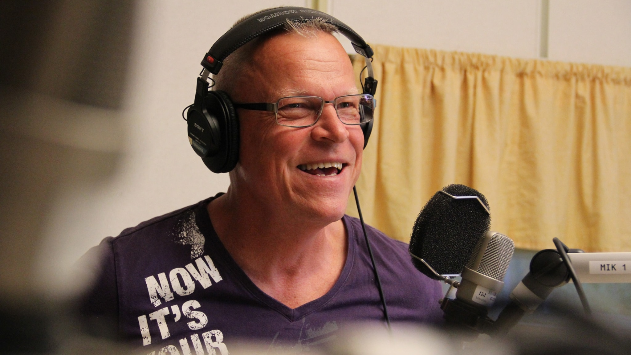 Janne Andersson glad i Sommarstudion efter inspelningen av sitt Sommarprogram.