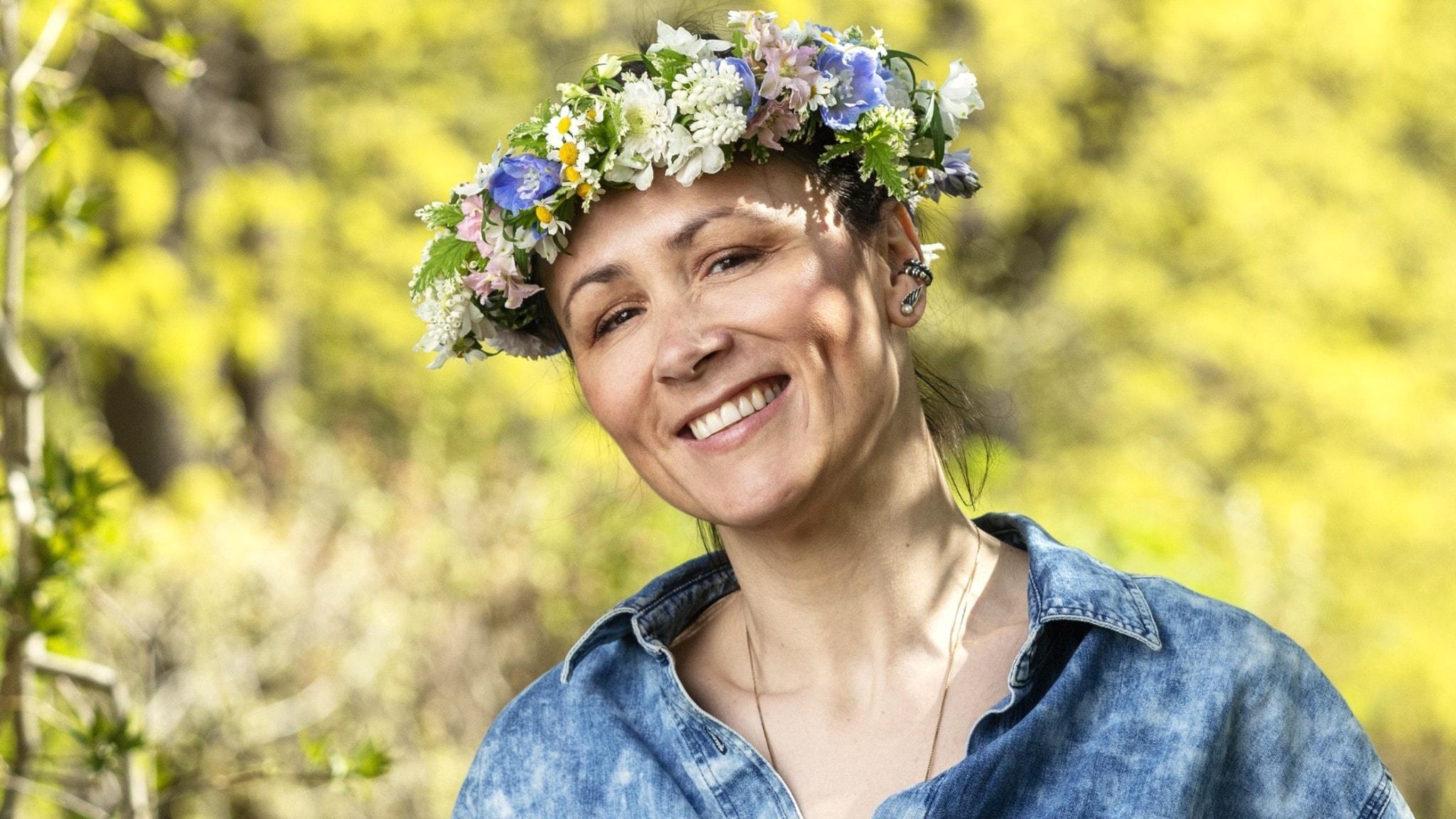 Lisen Bratt Fredricson med en blomsterkrans på huvudet.