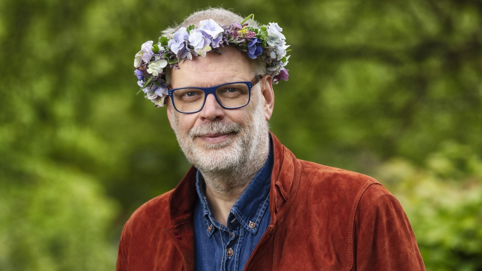 Hans Rosenfeldt i blomsterkrans.