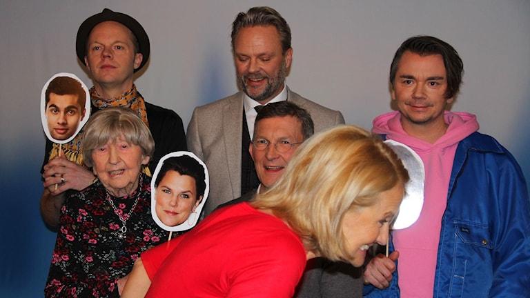 Bibi Rödöö kan inte hålla sig undan då det är gruppfotografering på gång.