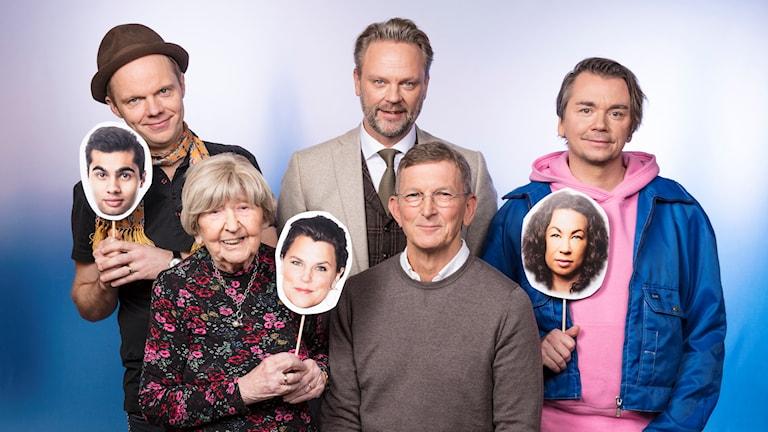 Vinter i P1 Olof Wretling (håller i William Spetz), Dagny Carlsson (håller i Mia Skäringer Lázár), Tommy Ivarsson, Tomas Sjödin (sittandes) och Emil Jensen (håller i Magda Gad). Foto: Mattias Ahlm/Sveriges Radio
