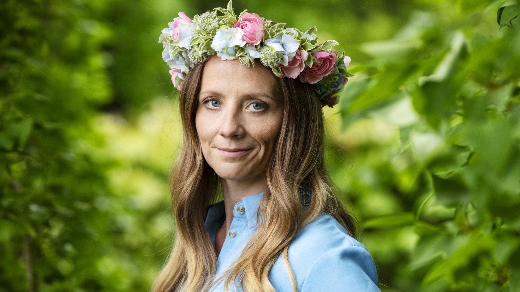 Mathilda Hofling i blomsterkrans.