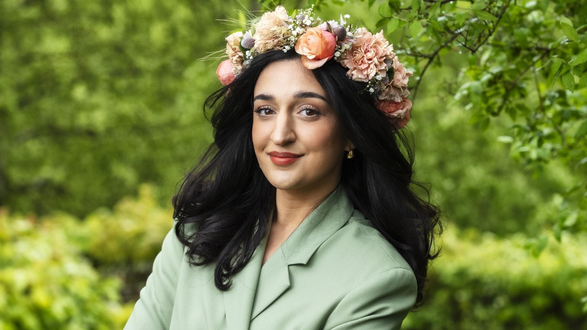Parisa Amiri i blomsterkrans