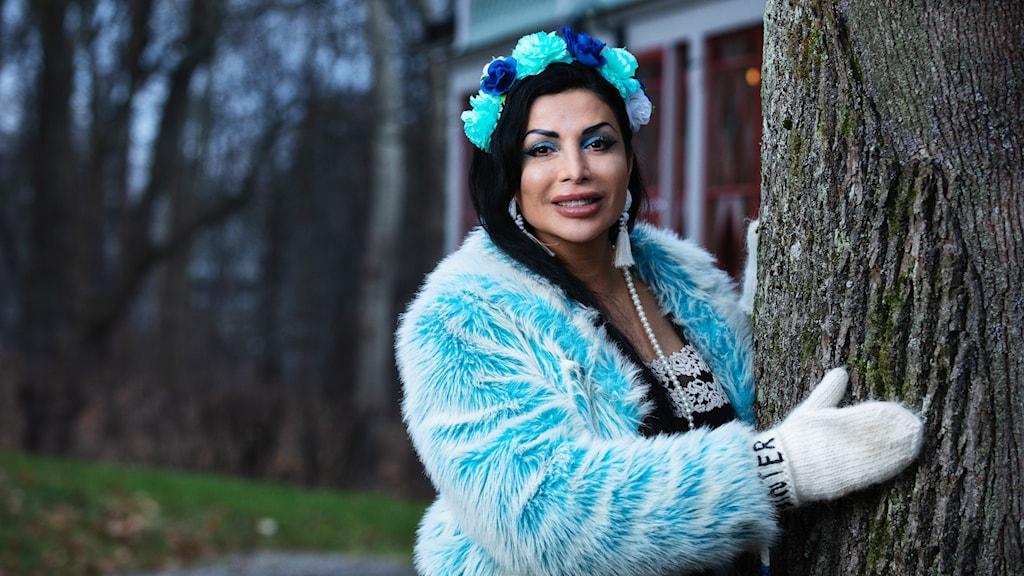 Författaren och komikern Zinat Pirzadeh är en av årets värdar i Vinter i P1.