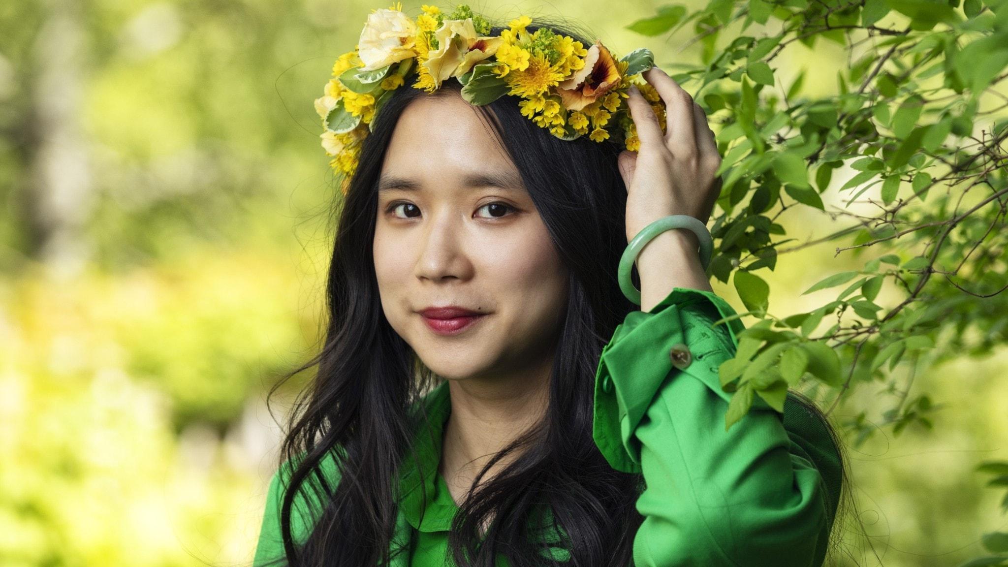 Lap-See Lam med blomsterkrans på huvudet.