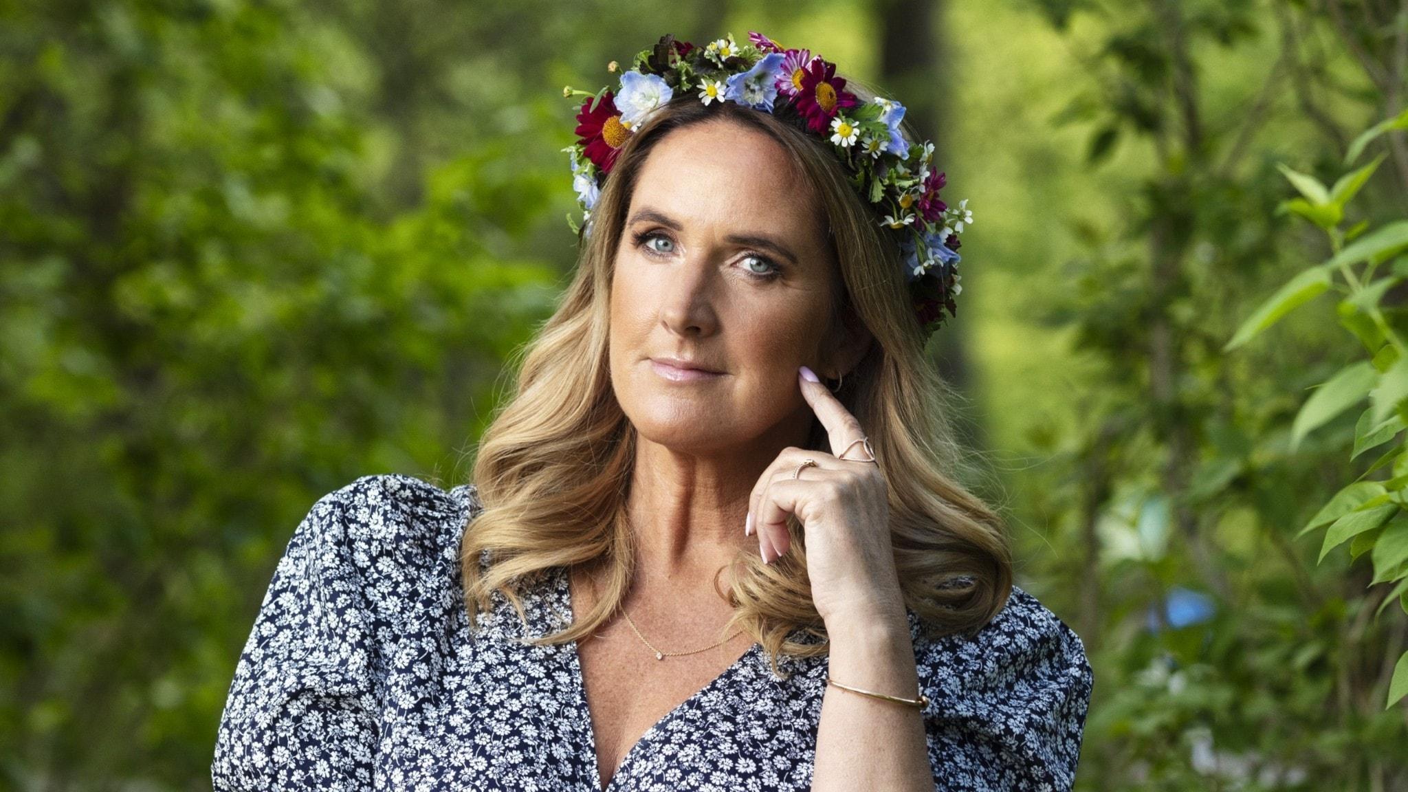 Denise Rudberg i blomsterkrans.