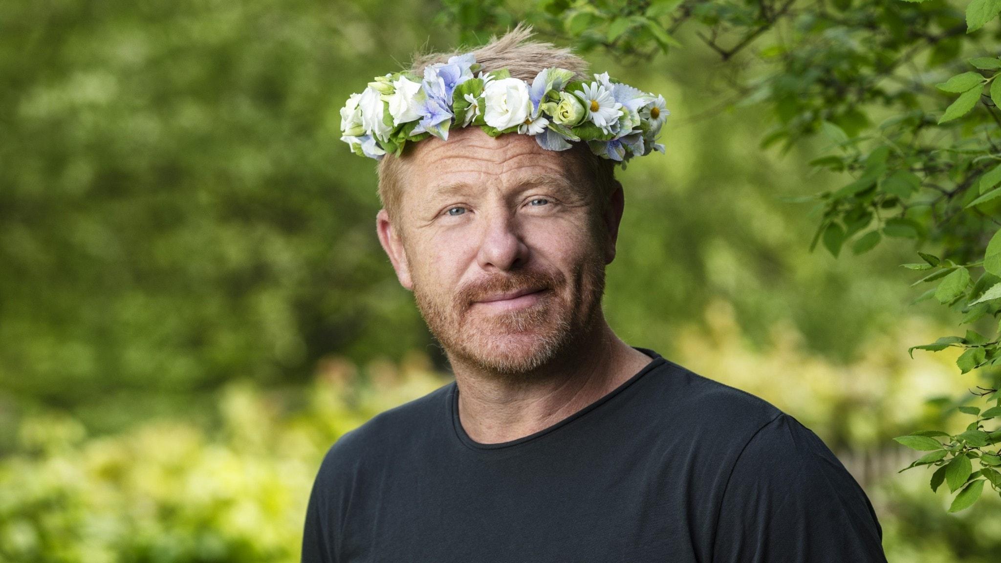 Fredrik Steen i blomsterkrans.