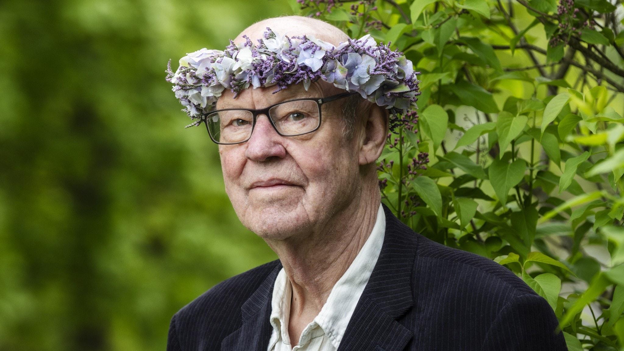 Sten Ljunggren i blomsterkrans.