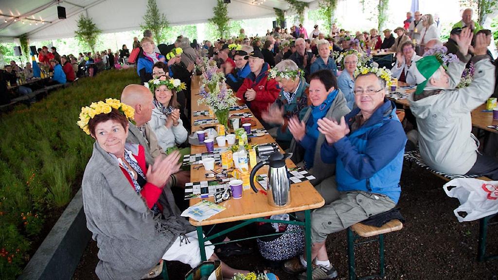 Många var på plats tidigt med blommor i håret. Foto: Johan Ljungström