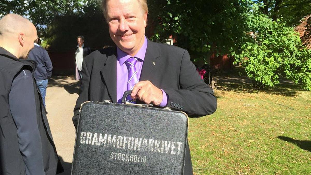 Anders Eldeman med sin väska från Grammofonarkivet åkte till Växjö med Melodikrysset för att delta i P4 Kronobergs firande av Sveriges Radio 90 år. Foto: Sveriges Radio