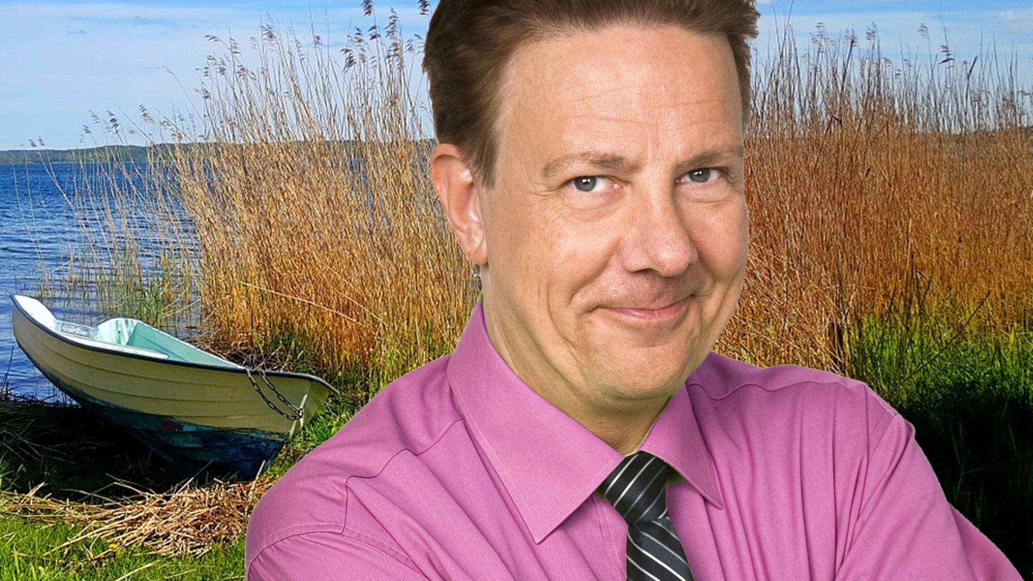 Anders Eldeman i förgrunden i bakgrunden en eka vid en strandkant i vassen.