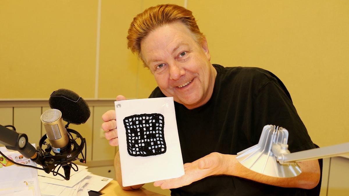Anders Eldeman med en virkad kryssruta från lyssnaren Susanne Branting.
