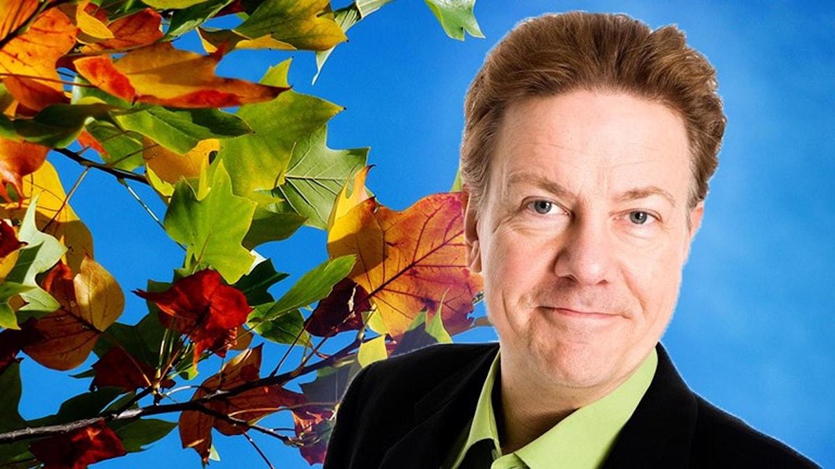 Anders Eldeman med höstiga löv i bakgrunden.