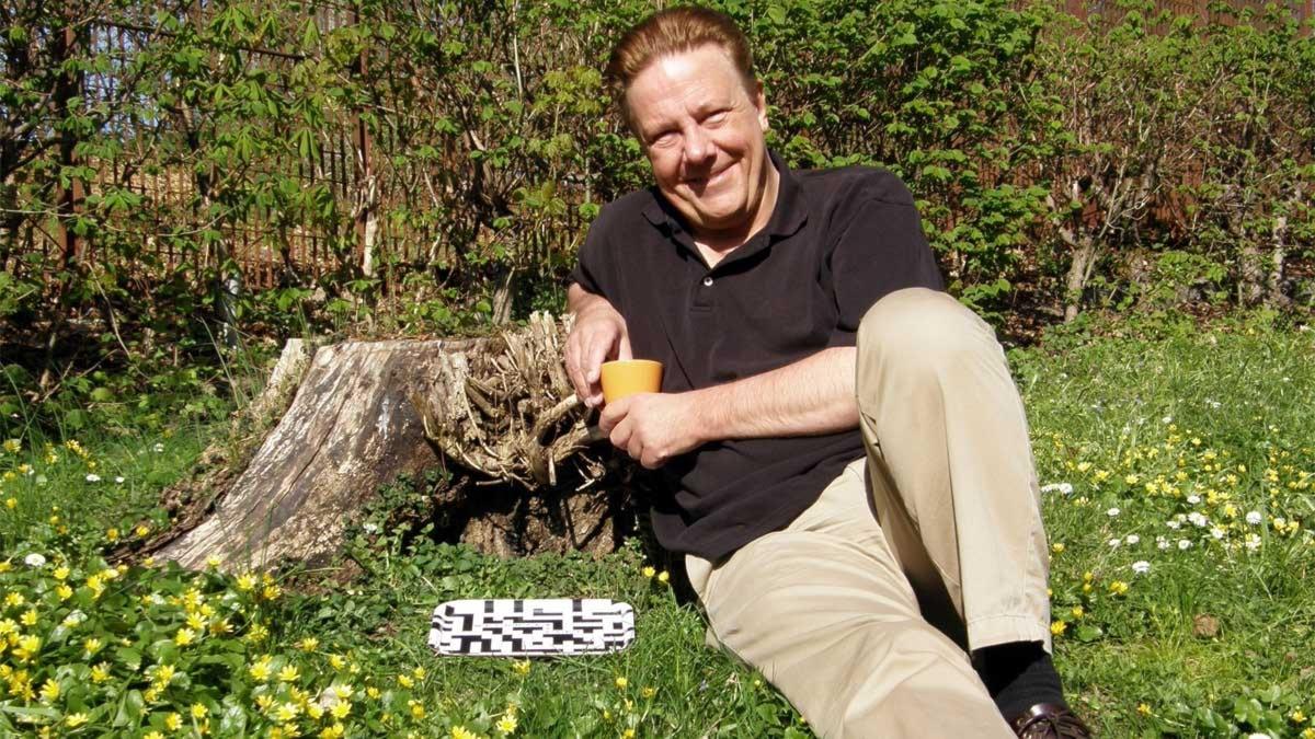 Anders Eldeman värmer upp i gröngräset inför sommarens turné med Melodikrysset 2011. Foto: Anne Björkbom / Sveriges Radio