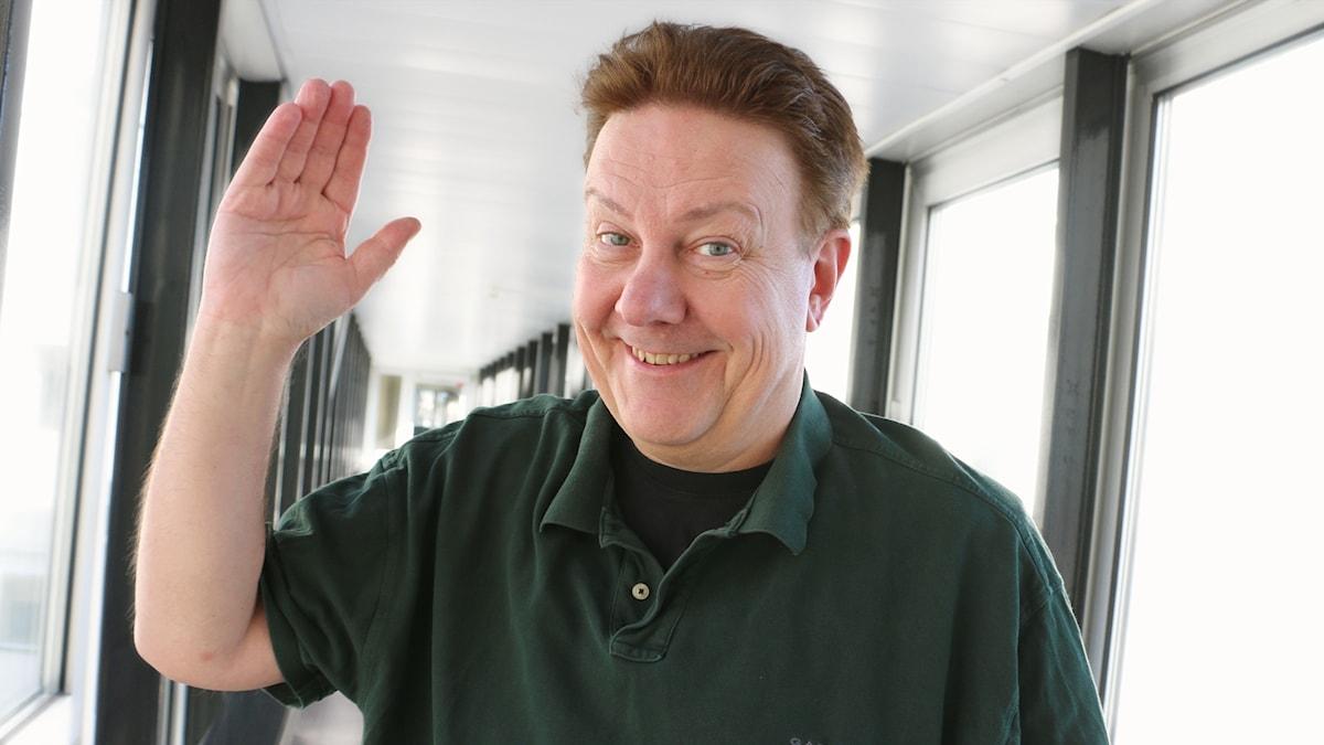Anders Eldeman vinkar och ser glad ut.