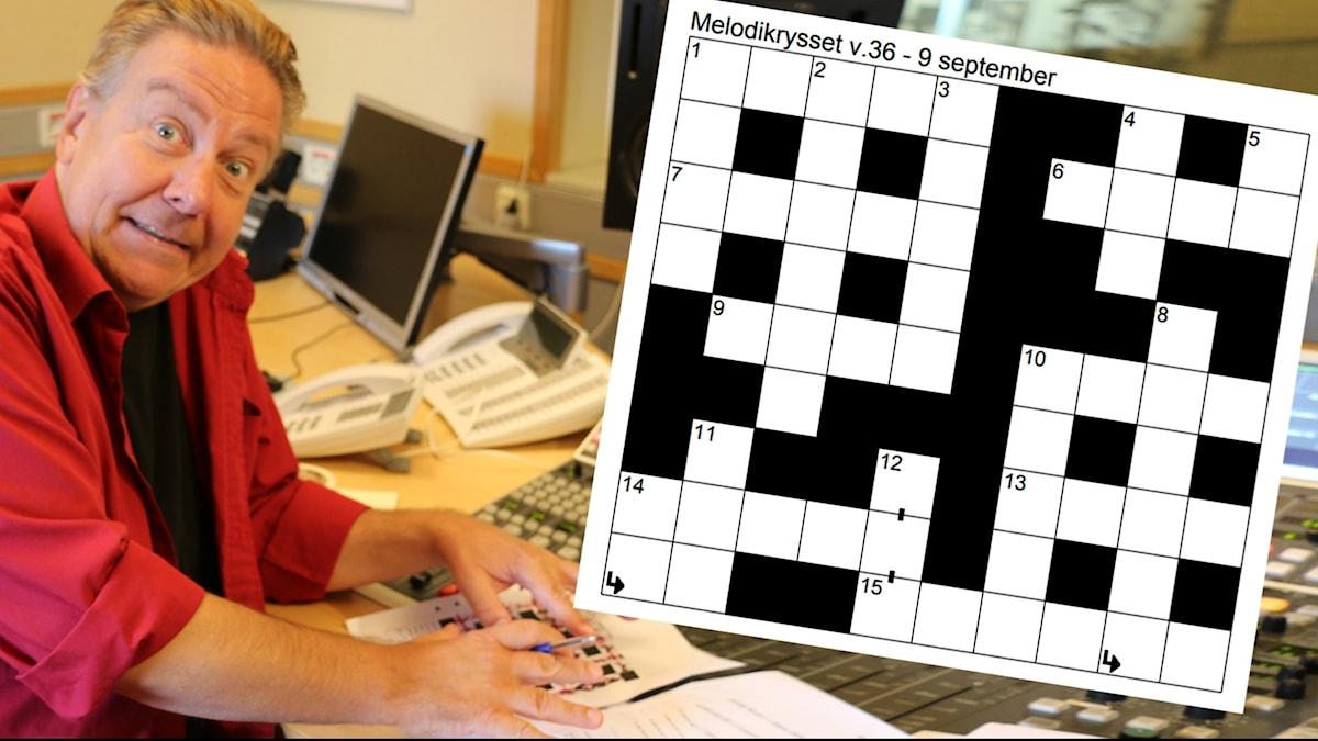 Anders Eldeman i Melodikrysset-studion. Spexar och försöker dölja ett Melodikrysset-facit.
