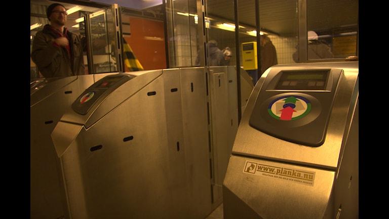 """На турникете метро наклейка организации - """"Planka nu"""" призывающей не платить в общественном транспорте. Фото:flickr/Planka.nu"""