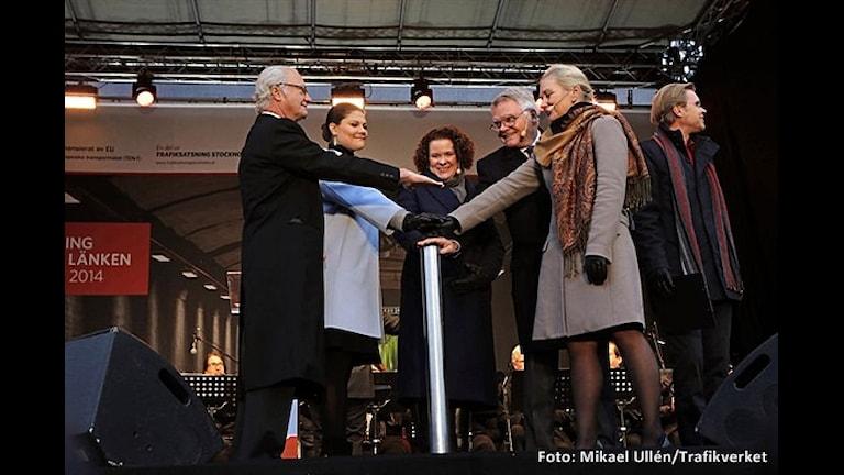 На открытии пути. Слева - король Швеции, правее - наследная принцесса