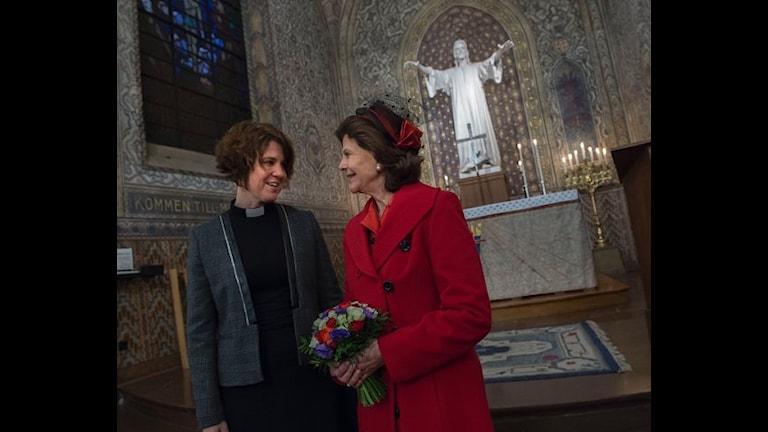 Королева Сильвия (справа) в Шведской церкви в Париже. Фото: Королевский двор Швеции